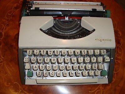 Máquina escribir portátil antigua marca Olympia con su estuche, Vintage años 60.