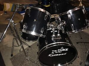 DIXON DUKE 5 PIECE DRUMS WITH HARDWARE AND CYMBALS