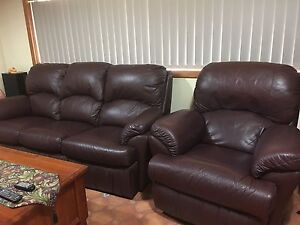 LARGE LEATHER LOUNGE SUITE WITH MATCHING RECLINERS Para Hills West Salisbury Area Preview