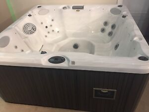 Jacuzzi Brand Hot Tub with stereo - 6 person