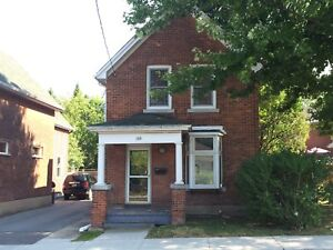 CHARMING 3 BED HOME NEAR DT! QUIET & PRIVATE! 144 James St