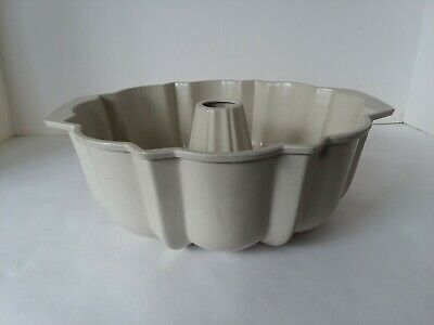 - Nordic Ware Fluted Bundt Cake Pan Non-stick USED Round Bakeware Pan