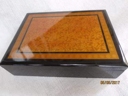 Elegant Japanese lacquered tea caddy