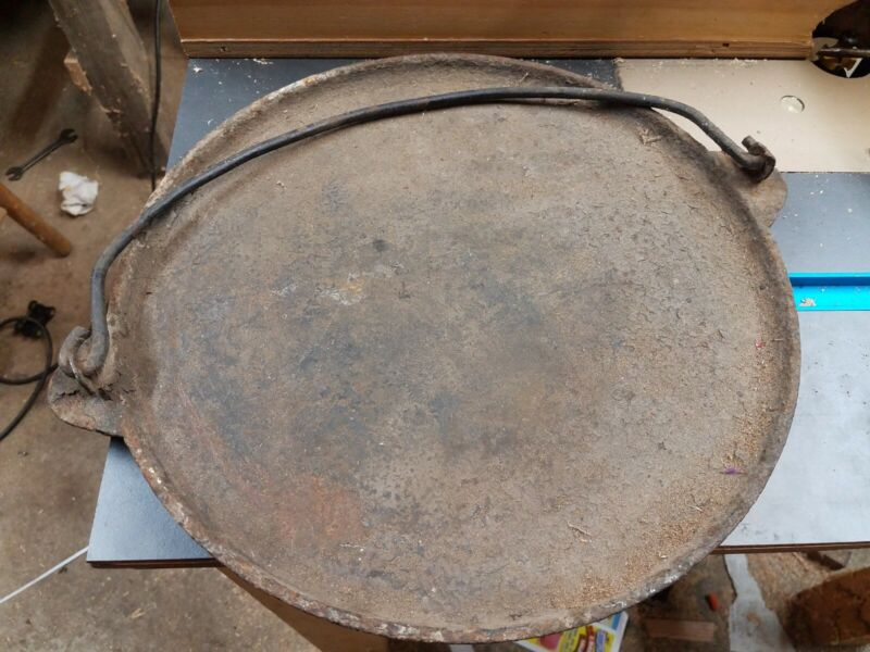 """Vintage 13 3/4"""" bail handled cast iron griddle FOOTED"""