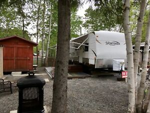 Roulotte de voyage Sportsmen travel trailer.