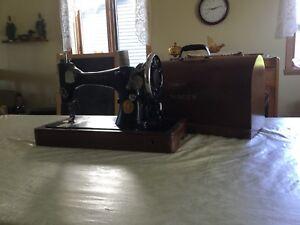Moulin à coudre portatif antique fonctionnel