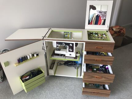 SINGER SEWING MACHINE WITH CABINET PLUS ACCESSORIES