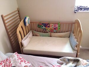 Crib and matching 2 drawer chest  Kitchener / Waterloo Kitchener Area image 1