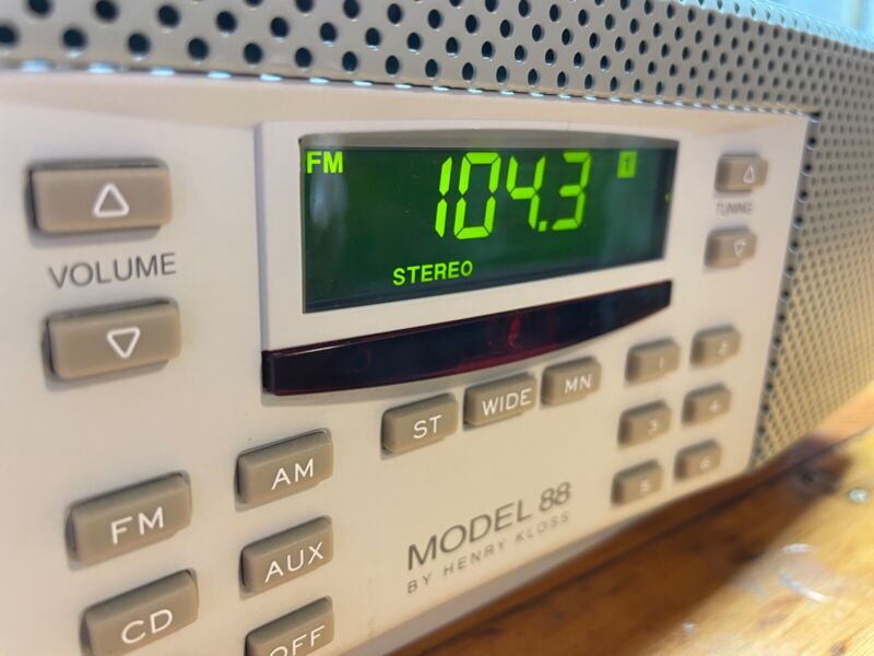 Henry Kloss Model 88 Cambridge Soundworks Table Radio w/Remote Antenna Aux Cord