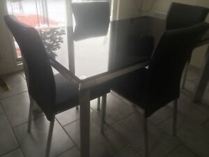 Belle table en verre noir