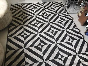 Black and white area rug 5'x7'
