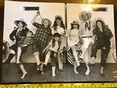 Tabloid Paper Original Press Photo 1975 Family Hill Billy Party Watford