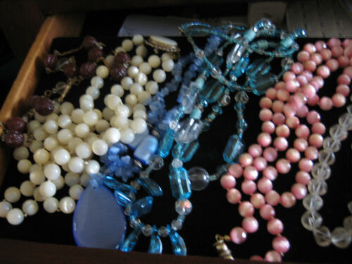 NECKLACE/BEAD LOT, SOME VINTAGE, SOME ARE STRUNG, SOME NOT, 20 NECKLACES,