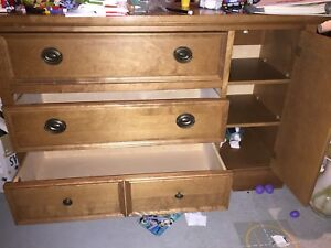 Meuble / table à langer  —- dresser / changing table