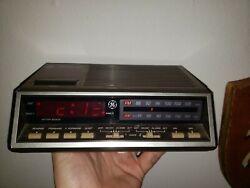 Vintage General Electric GE 7-4616B Dual Alarm AM FM Clock Radio Wood-grain Red