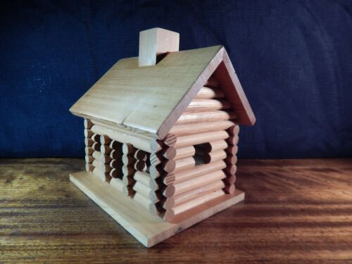 Log Cabin Birdhouse. HANDMADE, Fully Finished, Detailed & in Excellent Conditon.