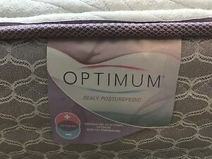 Deluxe Queen mattress / matelas in perfect condition- Delivery