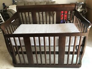 Baby/toddler crib with mattress