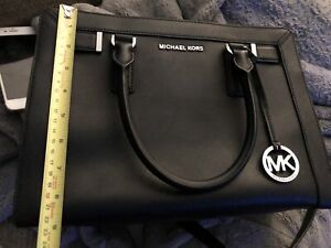 Authentic Michaels Kors purse. Very Good condition