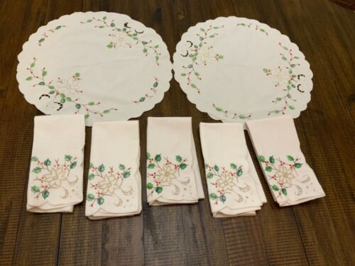 Vtg Christmas 5 Napkins & 2 Table Dollies Holiday Cream Colored Holly Poinsettia