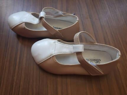 Girls shoes beige and white