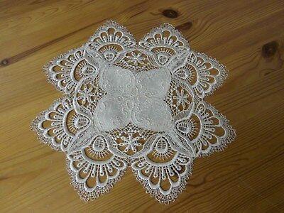 Satin-Deckchen, creme-weiß, rund/vieleckig 28 cm, Einwebmuster, Spitze