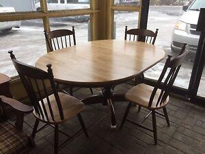 Table en bois rallonge et 4 chaise