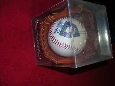 NEW YORK YANKEES - 1995 WORLD CHAMPIONS - FOTOBALL WITH MINI GLOVES/PRE-OWNED