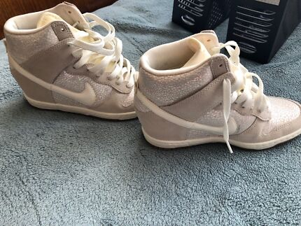 NIKE Sky HI Essential Dunk White Womens Size 7  1bc403a10