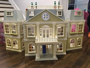 Calico Critters Cloverleaf Manor and Furniture Sets