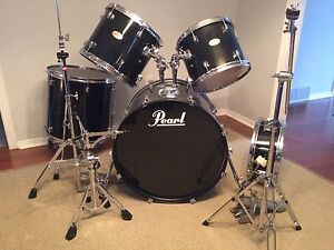 Full PEARL Forum drumset. Hardware included.