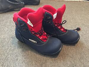 Kids size 1.5 shoe size or size 33 xc boot size NNN