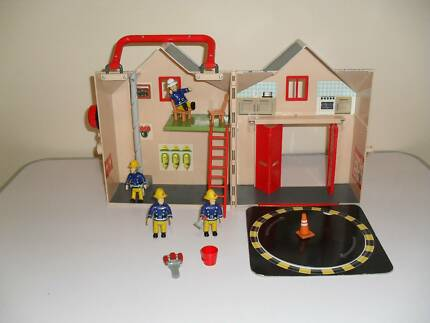 FIREMAN SAM FIRE-STATION PLAYSET.