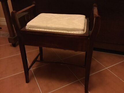 Piano seat with storage