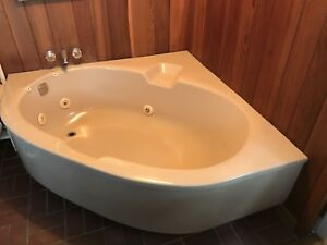Large jet tub with motor