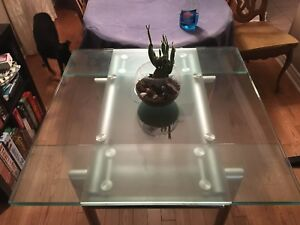 Expandable glass table with 4 chairs