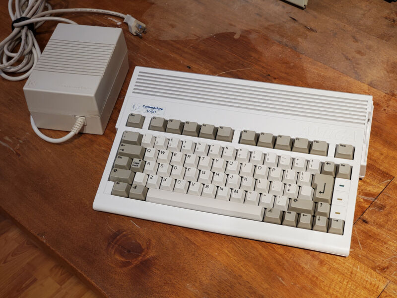 Commodore Amiga 600 A600 Computer with 810 MB Hard Drive - Near Mint Condition