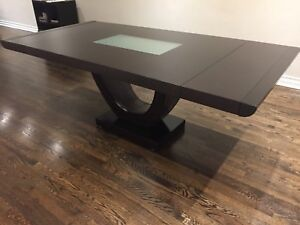 Mobilia brown dining room table