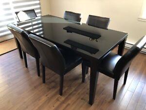 Table de cuisine, buffet, bois, verre noir, 6 chaises cuir.