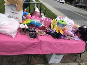 Linge, soulier et jouet de bébé et autres.