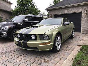 2005 Ford Mustang GT V8 leather seats 5 speed low km