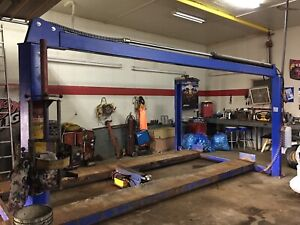 Garage space with 4 post hoist available for rent