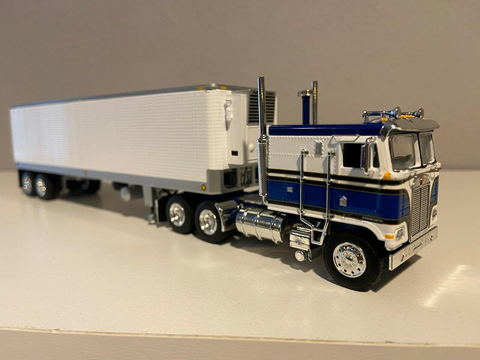 NEW 1/64 DCP BLUE & WHITE K100 FLAT TOP W/ VINTAGE 40' REEFER SET NIB