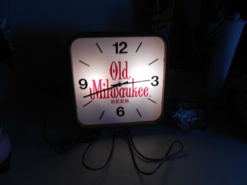 VINTAGE OLD MILWAUKEE BEER LIGHTED CLOCK VERY GOOD WORKING COND. 10