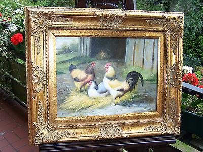 Hahn und Hühner vor dem Stall