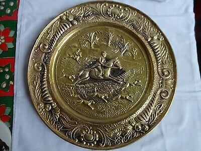 ANTIQUE BRASS WALL HANGING CHARGER PLATE - HUNTIG SCENE WITH HOUNDS 36 cm