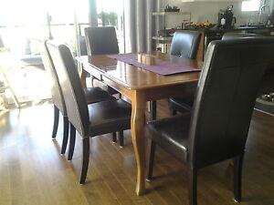 table de salle a manger en bois inclant 6 chaises et rallonge
