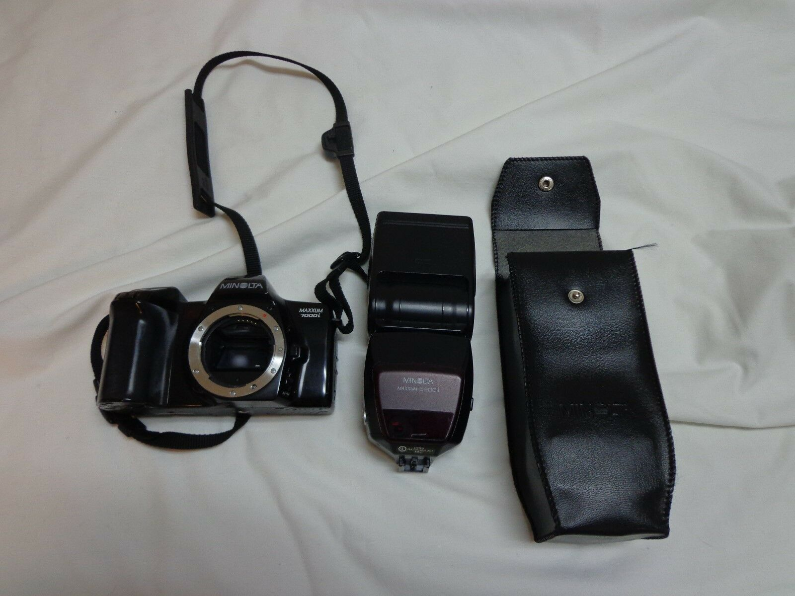 Minolta Maxxum 7000i 35mm Camera Body And 5200i Flash in Case -- Parts Only - $10.99