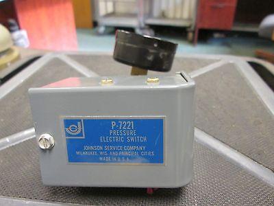 Johnson Service Co.  Pressure Electric Switch  P-7221 w/ 30 PSIG Pressure Gauge