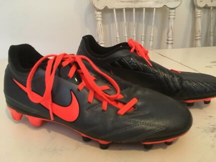 Unisex footy boots Size 8 ladies
